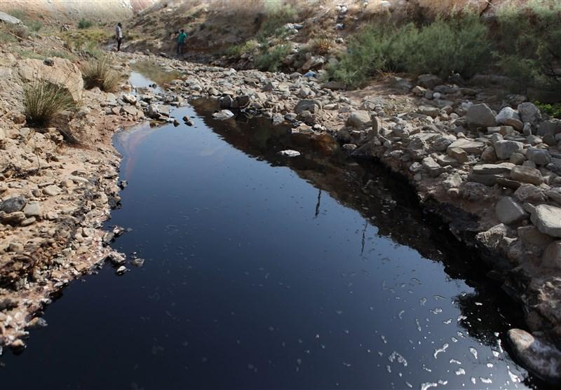 جوشش چشمه نفتی در مسجدسلیمان همچنان ادامه دارد …