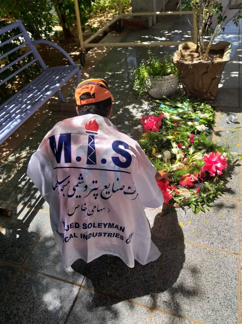 عطرافشانی و گلباران مزار شهید ایمان قاضی توسط حسین عالی محمدی