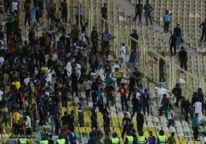 دربی مسجدسلیمان بعلت درگیری تماشاگران نیمه تمام ماند !؟