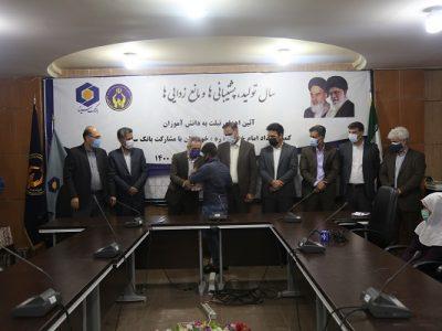 اهدای تبلت به تعدادی از دانش آموزان نخبه نیازمند خوزستانی