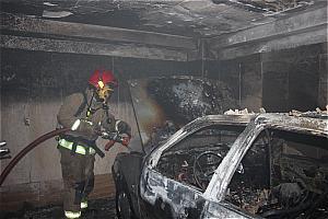 آتش سوزی خودروی پژو ۴۰۵ در پارکینگ یک منزل مسکونی